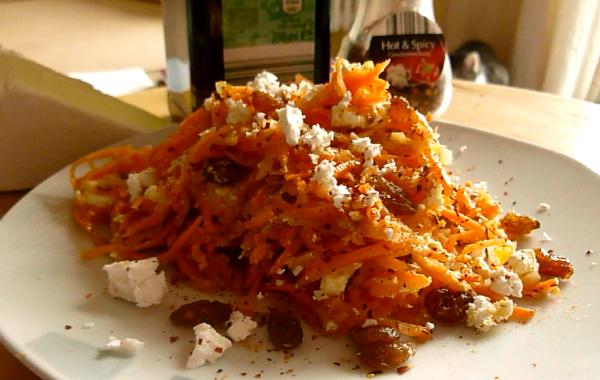 Karottensalat mit Schafkäse und Rosinen